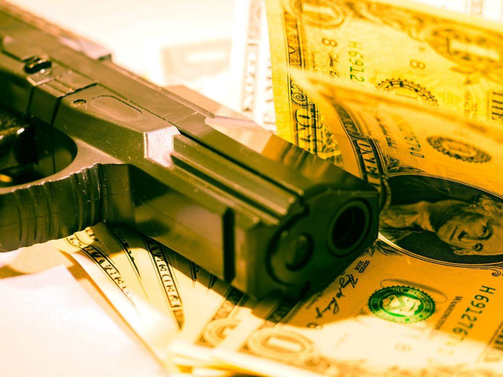 Waffe und Geld